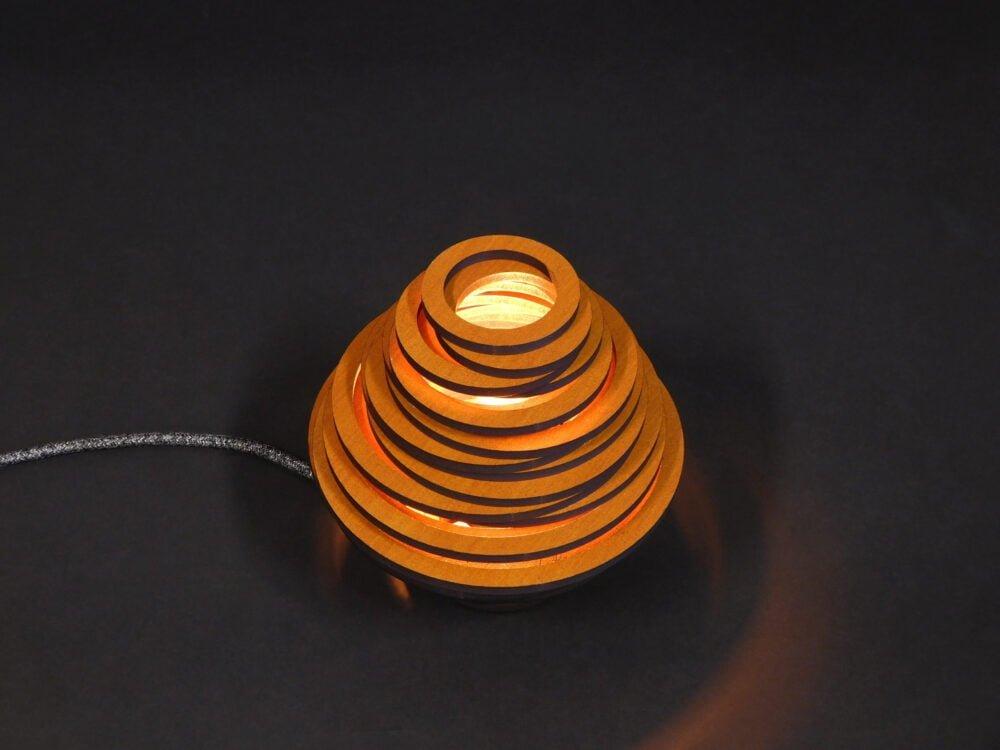 Fibonacci-lasergesneden-houten-lamp-donkereachtergrond-licht