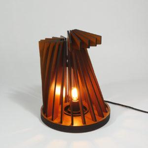 vanderwerffdesign-Houten-design-tafel-lamp-schuinaanzicht